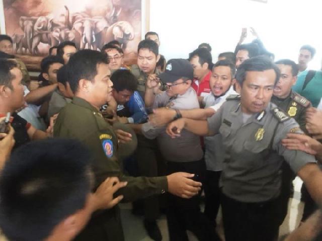 Pelaku Curanmor Babak Belur Dihajar di Kantor Gubernur Riau